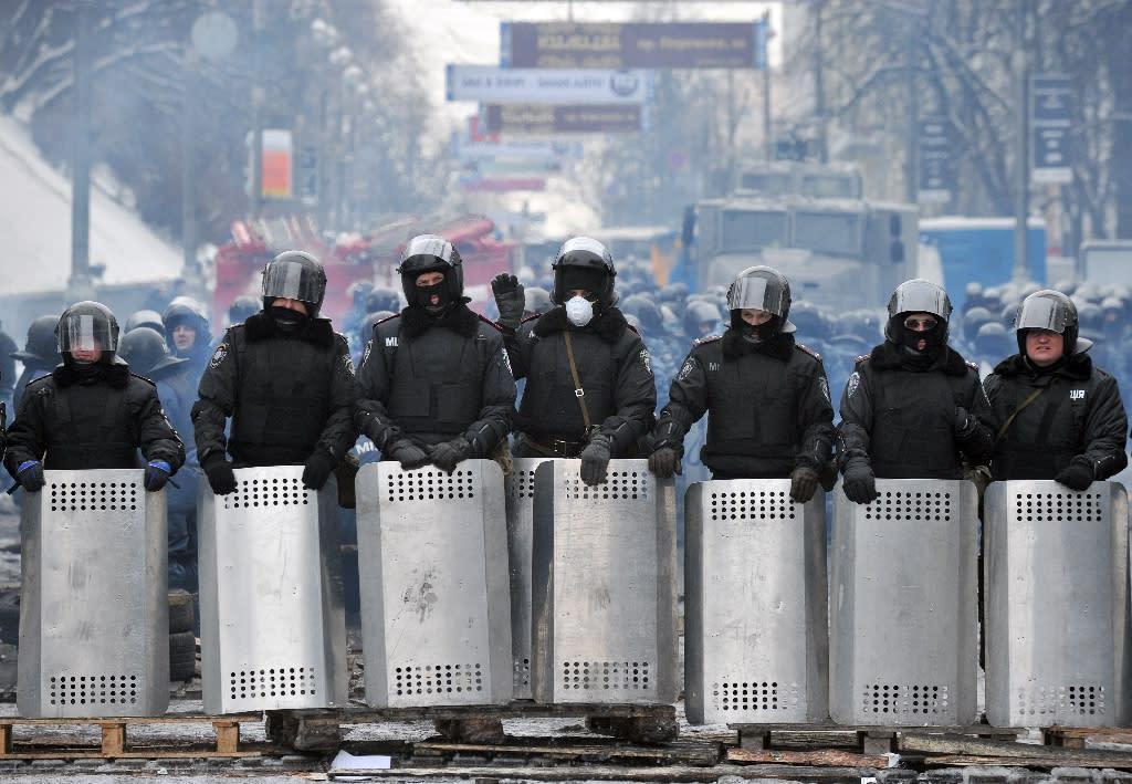 Riot police stand on Grushevsky Street near Maidan square in central Kiev on January 28, 2014 (AFP Photo/Genya Savilov)
