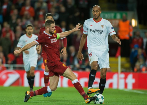 Jordan Henderson makes a tackle in Liverpool's 2-2 draw with Sevilla. (EFE)
