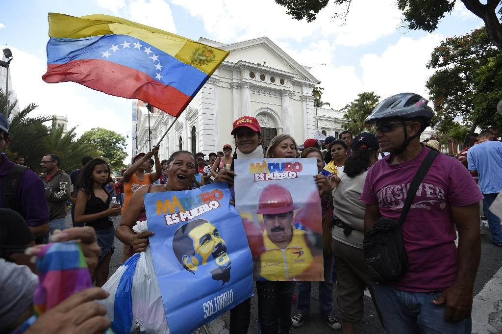Supporters of Venezuelan President Nicolas Maduro demonstrate outside the National Assembly in Caracas on October 23, 2016 (AFP Photo/Juan Barreto)