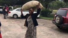 Idosa carrega doações por 15km na África e ganha surpresa