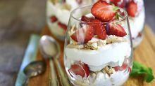 Cyril Lignac dévoile sa recette facile et rapide de l'eton mess, ce délicieux dessert à base de fraises et meringue