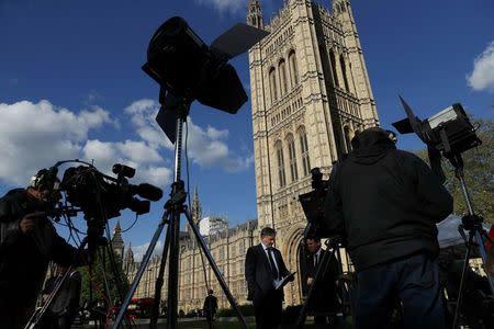 El Parlamento británico respalda el plan de May de adelantar las elecciones