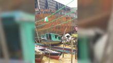 Enorme barcaza aplasta asentamiento en Indonesia