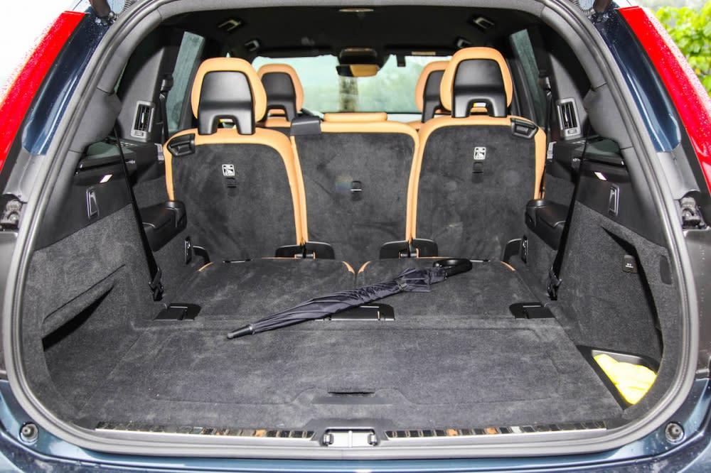 行李廂空間第三排豎立起來為314公升,全部打平則有1868公升。而Volvo 也很貼心的在行李箱底部設計了隔板來固定物品。