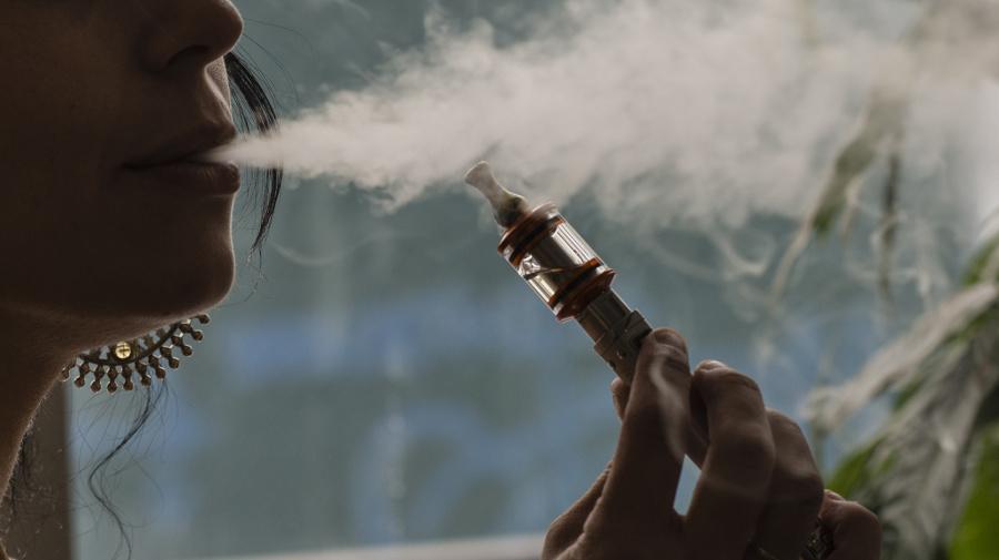 Muerte por misteriosa dolencia pulmonar alerta sobre el vapeo