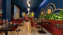 Il ristorante del week-end è un indirizzo fusion blu e oro vista mare di Napoli