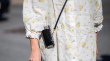 Mit einer Crossbody-Tasche wird dir dein Handy nie wieder herunterfallen