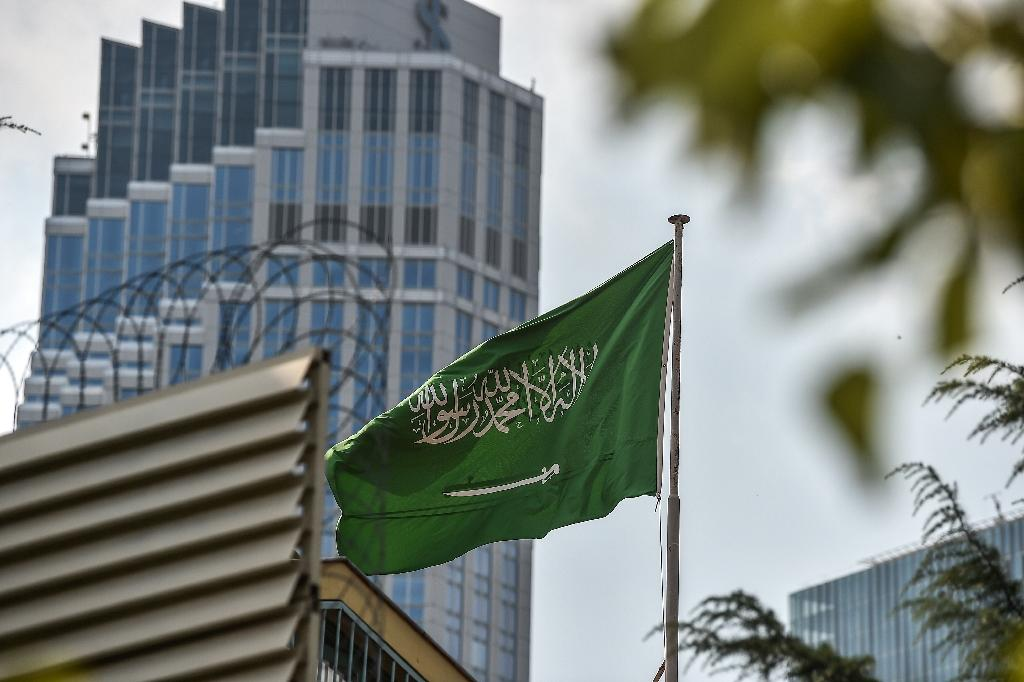 A flag flies over Saudi Arabia's consulate in Istanbul on October 3, 2018 following the disappearance of prominent Saudi journalist Jamal Khashoggi after he entered the complex (AFP Photo/OZAN KOSE)