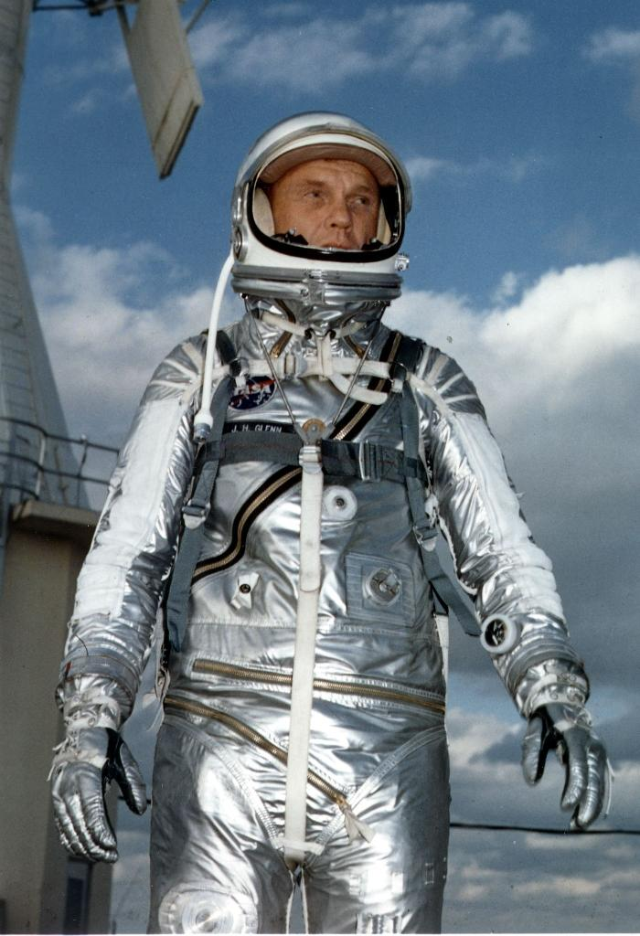 John Glenn wears a Mercury pressure suit during training for his 20 Feburary 1962 space flight aboard Friendship 7 in which he became the first American to orbit the Earth (AFP Photo/)