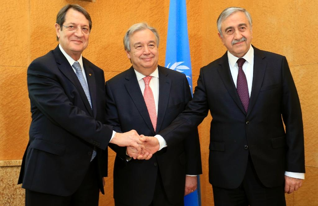 UN Secretary General Antonio Guterres (centre) flanked by Cypriot President Nicos Anastasiades (L) and Turkish Cypriot leader Mustafa Akinci before a trilateral meeting in Geneva, on January 12, 2017 (AFP Photo/Pierre ALBOUY)