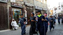 En Arabia Saudita, las mujeres modernizan la abaya tradicional