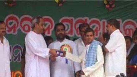 Odisha CM distributes cell phones to 15,000 farmers