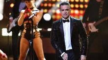 Robbie Williams diz que fez cocô nas mãos durante voo no ano passado
