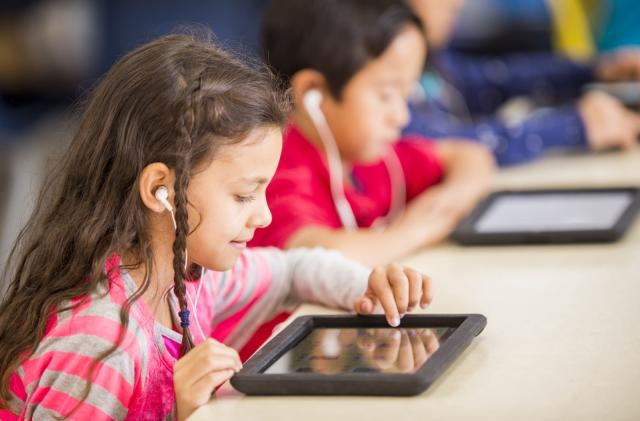 Bipartisan bill aims to study how tech is affecting kids