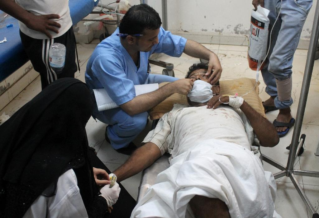 A wounded Yemeni man receives treatment at a hospital in the strategic city of Taez, on May 2, 2015 (AFP Photo/Abdel Rahman Abdallah)