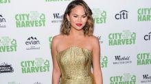 Modepanne gerade noch abgewendet: Chrissy Teigen zeigt fast zu viel