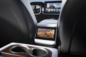 坐後座不無聊:大改款 Model S/X 第二排螢幕可在行車間播放影片
