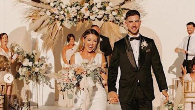 Pasangan Kekasih Ubah Lapangan Basket Jadi Lokasi Pernikahan