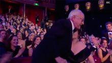 ¡Qué bochorno! Helena Bonham Carter protagoniza la cobra más ridícula desde Chenoa y Bisbal