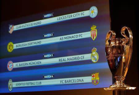 El trofeo de la Liga de Campeones es fotografíado delante de la pantalla que muestra los cuartos de final del campeonato, en Nyon, Suiza.