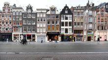 Thousands protest in Amsterdam against Dutch coronavirus lockdown