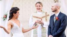 Casal decide qual sobrenome vão assumir depois de casados usando uma moeda