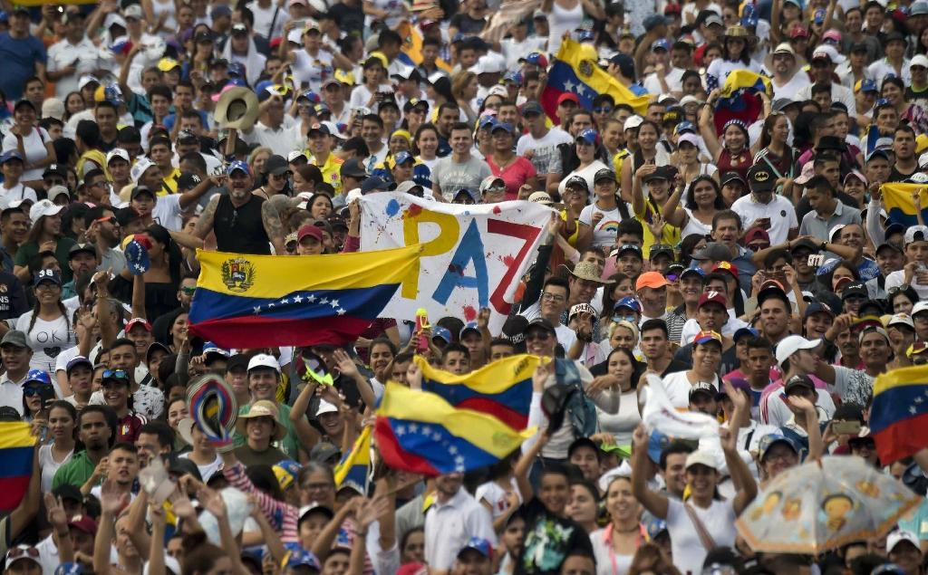 Thousands wait for the start of the Venezuela Aid Live concert in Cucuta, Colombia (AFP Photo/RAUL ARBOLEDA)
