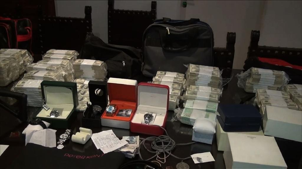 Money, weapons, jewels and other objects seized from former minister Jose Lopez (AFP Photo/)