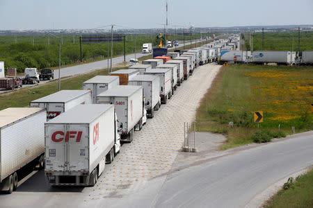 Resultado de imagen de fila en frontera mex a us trucks