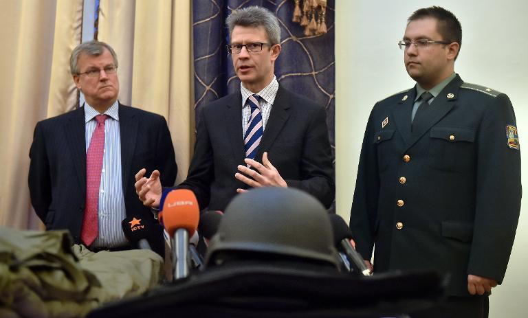 British defence ministry's International Security Policy director Nick Gurr (C) speaks next to Simon Smith (L), British ambassador to Ukraine, in Kiev, on February 9, 2015 (AFP Photo/Sergei Supinsky)
