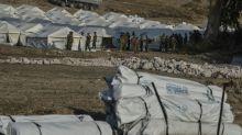 Erste Flüchtlinge beziehen provisorisches Lager auf Lesbos