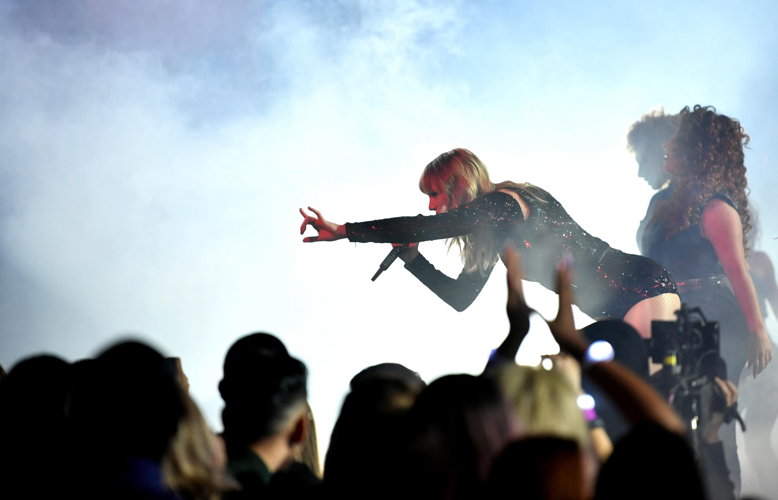 LOS ANGELES, CA - OCTOBER 09:  Taylor Swift performs onstage during the 2018 American Music Awards at Microsoft Theater on October 9, 2018 in Los Angeles, California.  (Photo by Emma McIntyre/AMA2018/Getty Images For dcp )