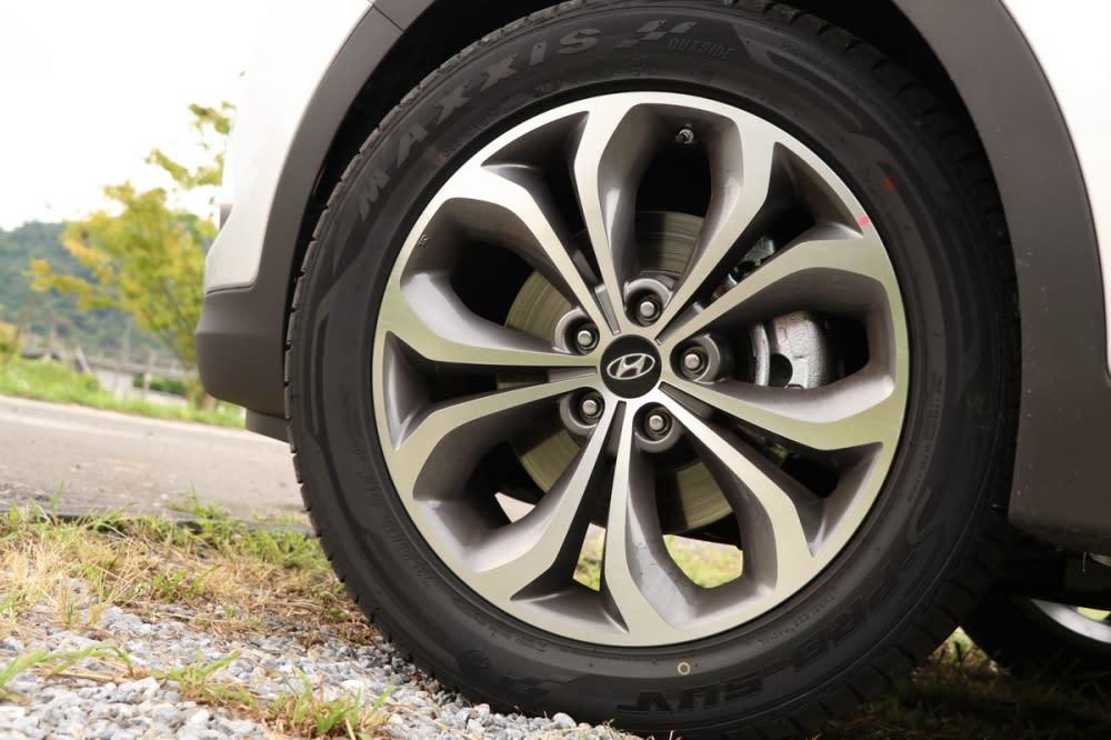 19吋鋁圈將Santa Fe襯托得十足霸氣,鋁圈造型則維持不變