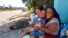 Na Baixada, famílias vão às ruas e mantêm tradição de Sao Cosme e Damião