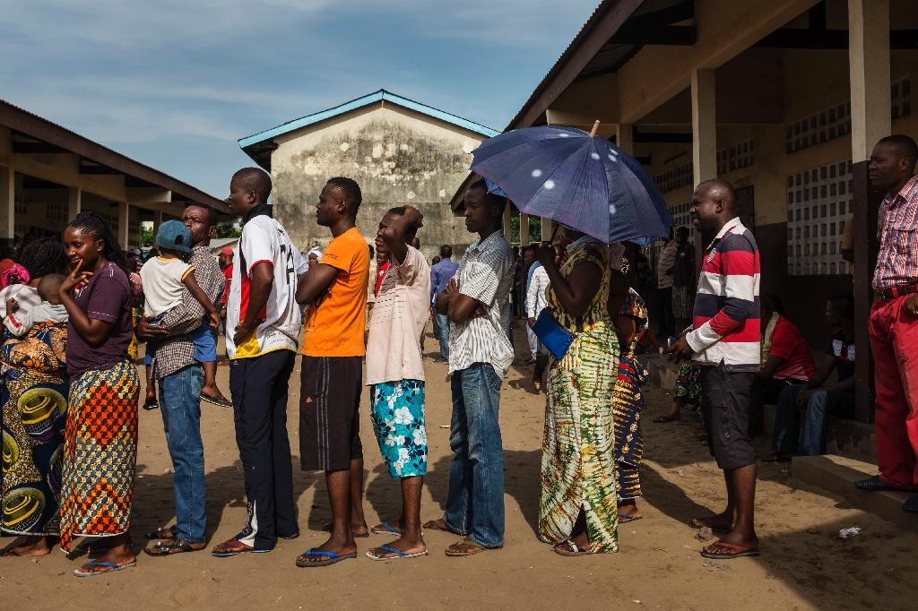 Congolese voters queue outside a polling station during presidential elections in Brazzaville, on March 20, 2016 (AFP Photo/Eduardo Soteras)