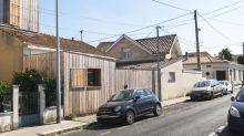 Ces deux maisons ont été transformées grâce à une extension en bois