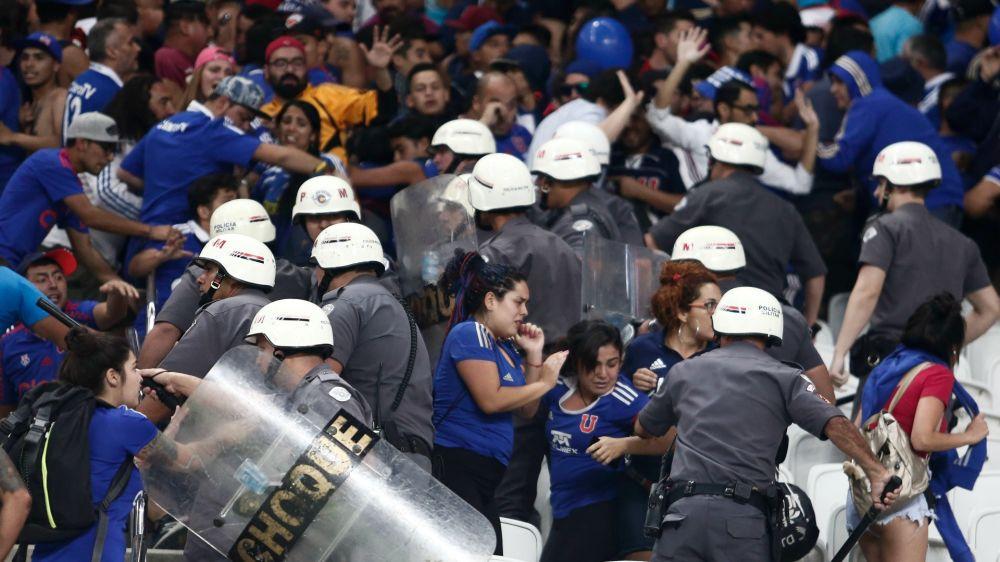 Hinchas de Universidad de Chile protestan en La Moneda
