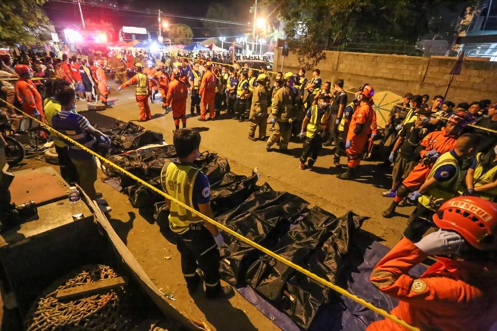 Rescue workers line up bags with dead bodies of victims of an explosion at a night market in Davao City, on the southern Philippine island of Mindanao, early on September 3, 2016 (AFP Photo/Manman Dejeto)