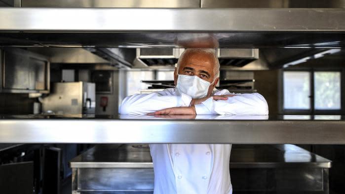 """""""En cette période de déficit de sensations, la cuisine est un refuge"""" : le chef Guy Savoy partage dans un livre ses """"Soupes de printemps"""""""