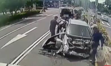 悚!遭水泥車追撞 小客車變「三明治」