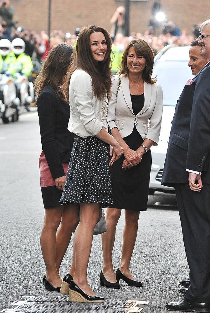 Here comes the almost-bride... Kate smiled for the camera as she arrived at the Goring Hotel with her mom and sister the day before her wedding. She looked stunning in a patterned Issa dress and L.K. Bennett wedges.