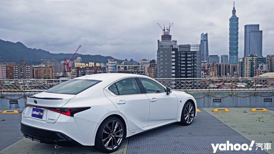 跑格煉成陣下的折衷之作!2021 Lexus小改款IS300h F Sport試駕 - 6