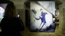 """Pour cause d'anonymat, Banksy perd les droits sur la marque déposée du """"Lanceur de Fleurs"""""""