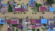 Breached levees trap thousands as flooding in China worsens