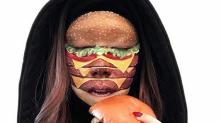 Artista del makeup se convierte en una hamburguesa, pizza o pieza de sushi viviente