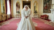 """""""The Crown"""": Netflix dévoile une photo d'Emma Corrin avec la robe de mariée de la princesse Diana"""
