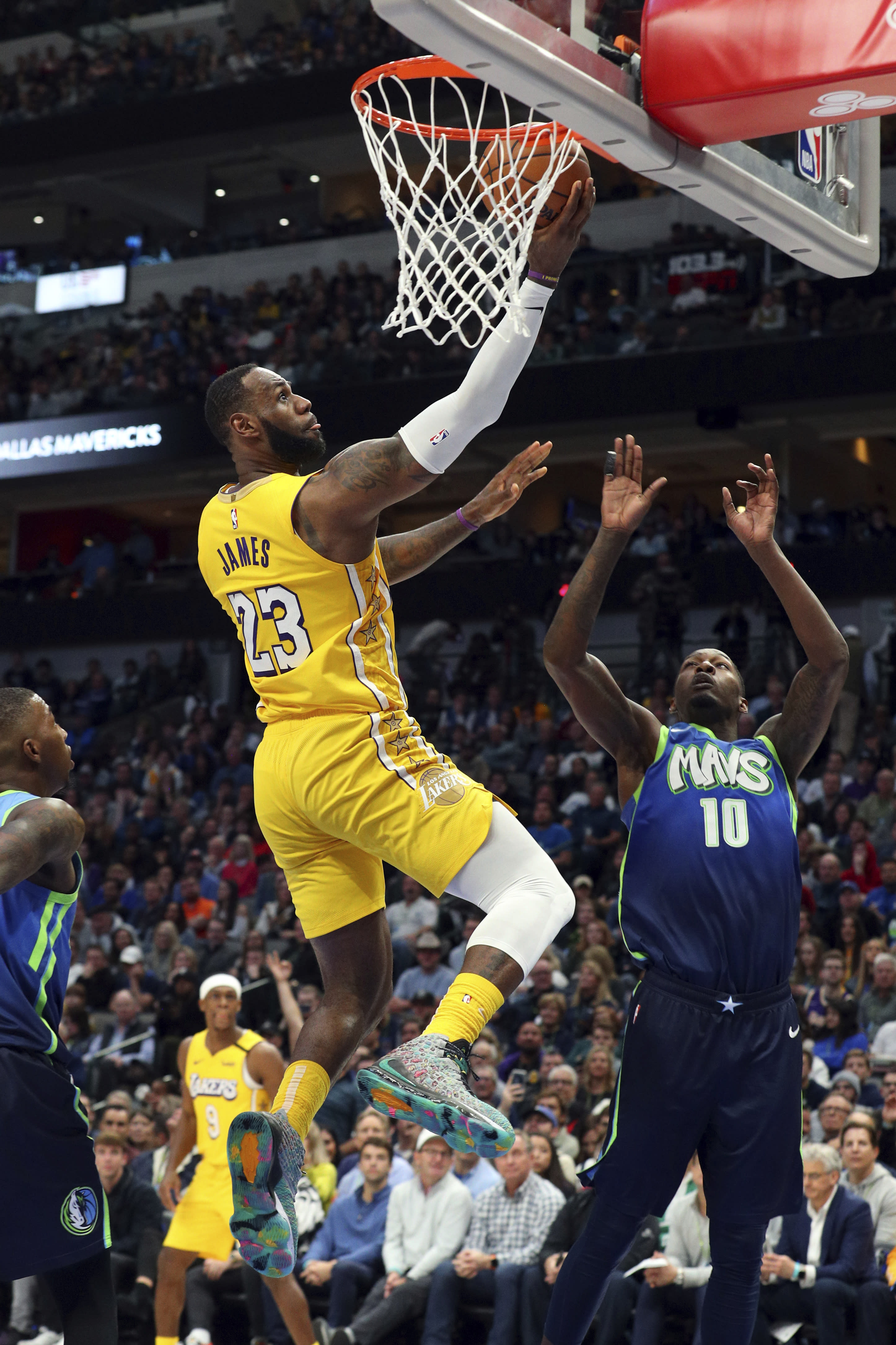 James Leads Lakers Over Frustrated Doncic Mavericks 129 114