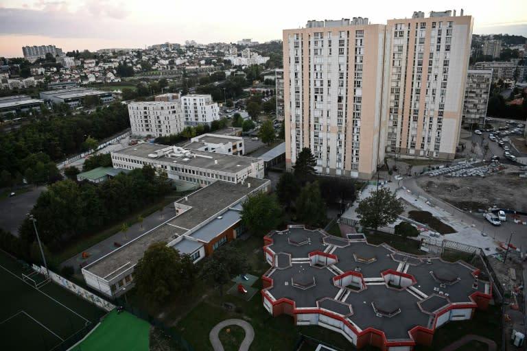 en banlieue parisienne le maire l 39 office hlm et l 39 lu cribl de balles. Black Bedroom Furniture Sets. Home Design Ideas