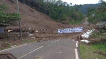 1 Bulan Jalan Bandung-Garut Tertutup Longsor, Warga Meradang