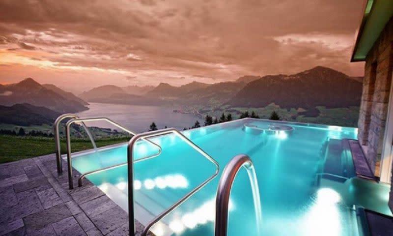 Esta piscina infinita de un hotel de suiza se ha vuelto for Piscina 94 respuestas